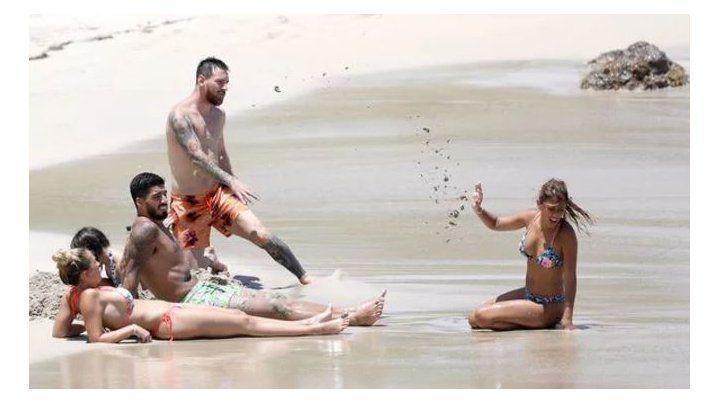 Guerra de arena entre Messi y Antonela que deslumbró con su figura antes de volver a Barcelona