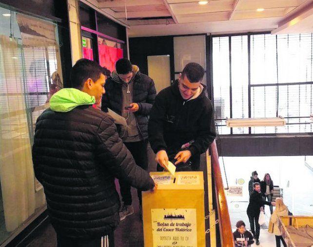 iniciativa. En la galería La Favorita está la urna para dejar los currículum.