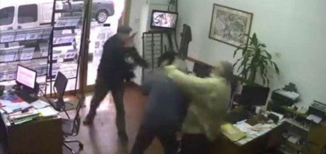 En una imagen que tomó la cámara del local se puede apreciar al anciano con una arma en mano.