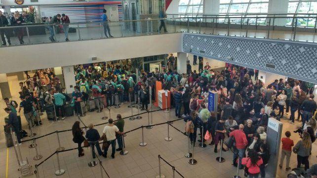 Los chicos que estaban varados en el aeropuerto partieron rumbo a Bariloche