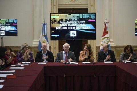 Aplausos. El gobernador hizo el anuncio en Rosario junto a Fein.