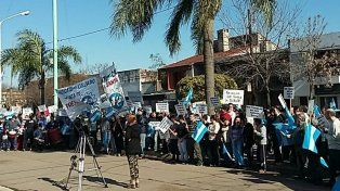 La movilización de empresarios y trabajadores del calzado sacudió la calma de la localidad de Acebal.