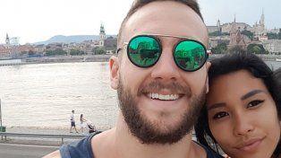 Se tomó una selfie romántica con su novia de dos cabezas y se volvió viral