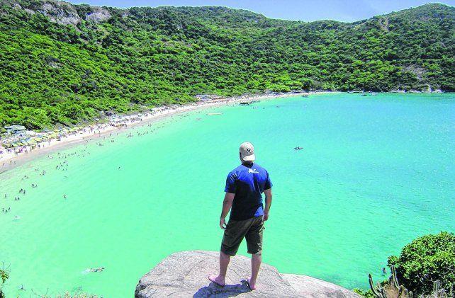 Fiesta para los ojos. Arraial do Cabo es uno de los puntos turísticos más solicitados de Brasil por la conjugación de sus paisajes: morros