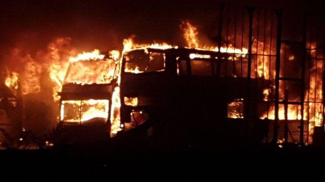 Las impactantes imágenes del incendio en los galpones de Monticas en zona norte