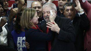 En carrera. La senadora Gleisi Hoffmann seca el sudor a Lula