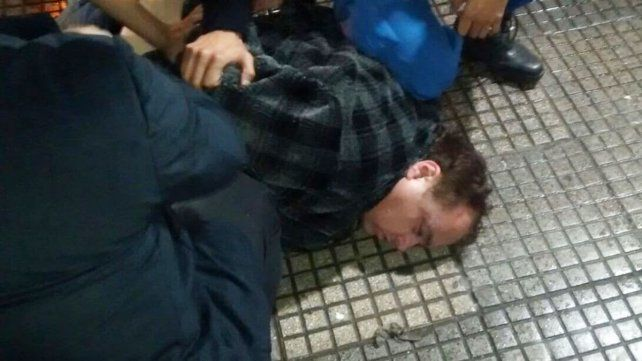 Arrestado. El momento de la detención de la Tota Santillán tras intentar robar un comercio.
