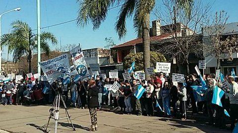 crisis. La comunidad de Acebal se movilizó frente a la sede de la Comuna para visibilizar la situación que pone en jaque la vida económica del pueblo.