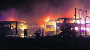 impactante. Las llamas destruyeron varios micros de larga distancia. Aún se desconoce el origen del incendio.