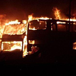el jefe de bomberos no descarta que el incendio de 40 micros de monticas haya sido intencional