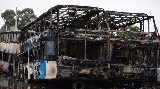 Los coches totalmente quemados se encuentran en la parte trasera del galpón de Monticas en la zona norte.