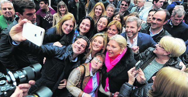 selfie. Lilita y Frigerio recorrieron la peatonal acompañando a las candidatos a diputado por Santa Fe.