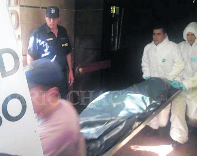 forense. La policía chaqueña retira los cuerpos del establecimiento.
