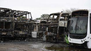 destrucción total. El día después del siniestro permitió ver el estado en que quedaron las unidades afectadas por el fuego.