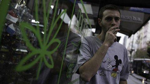 relax. Un joven fuma un cigarrillo en la avenida 18 de Julio