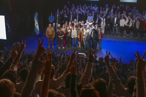 Todos los brazos. Cristina Kirchner presentó su candidatura a senadora en un teatro marplatense.