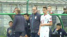 Marcelo Bielsa acaba de darle las últimas indicaciones a Ezequiel Ponce, quien se apresta a ingresar ante el Reims.