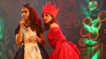 Con corona. Caterina Stefanoff y Lucila Bieloszow son Alicia y la Reina Roja.