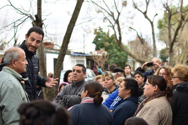 Crítico. Sukerman charla con vecinos en una de sus visitas a los barrios.