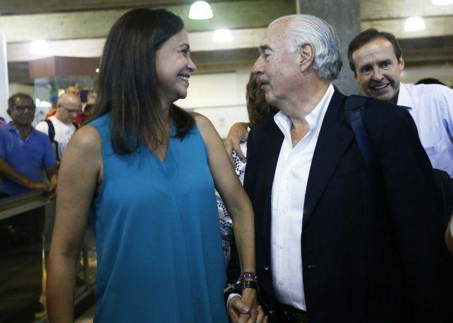 Veedores. La opositora Corina Machado recibe en Caracas al ex presidente colombiano Andrés Pastrana.