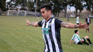 Festejo. El delantero neuquino viene de convertir goles en el torneo Federal A y la Copa Argentina.