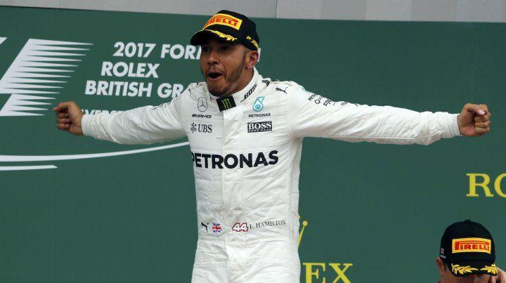 El piloto inglés festejó en Silverstone.