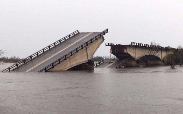 El puente que se destruyó a causa de las inundaciones de los últimos días sobre la Ruta 12.