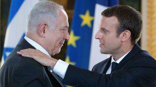 Abrazo. Macron invitó a Netanyahu a recordar un crimen antisemita.