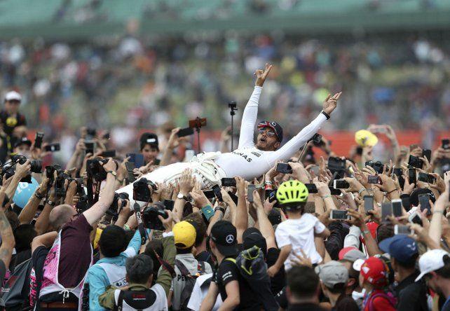 Hamilton celebra con su gente el triunfo en el Gran Premio británico.