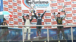 El piloto de Capitán Bermúdez celebra en lo más alto del podio junto a Gómez y Bosio
