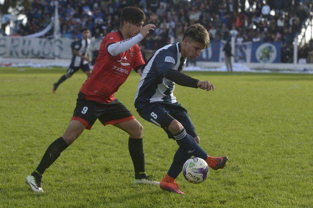 Peleado. Marcelo Riveros (Sportivo) la controla ante Leandro Gómez (Unión).