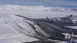 El aeropuerto de San Martín de los Andes inhabilitado por la cantidad de nieve.