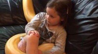 El video de la amistad entre una niña y una gran serpiente se viralizó en las redes sociales