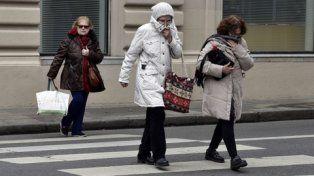 emponchados. Los rosarinos tuvieron que apelar a sus ropas más abrigadas para afrontar el frío de la segunda semana de vacaciones de invierno.