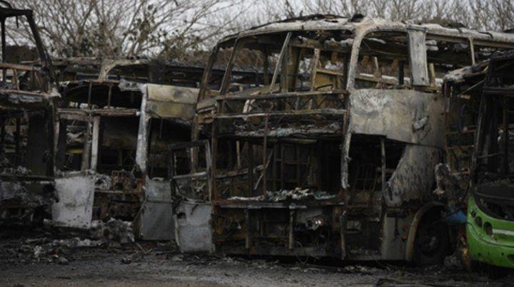 calcinados. El fuego comenzó en el interior de uno de los coches y rápidamente se esparció hacia el resto