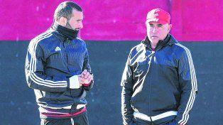 Goleador y DT.El armenio Guevgeozian y Llop charlaron antes de iniciar el primer día de entrenamiento.