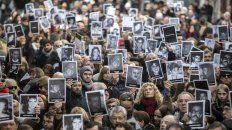 Familiares y los retratos de las víctimas del atentado.