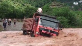 Las imágenes del complicado de rescate de un camión que quedó varado en un arroyo