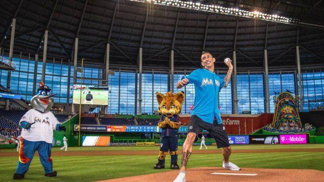 Di María deslumbró al mundo del béisbol haciendo jueguito y al lanzar el primer pitcheo