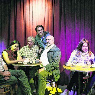 En un bar imaginario. Leonor Benedetto, en la dirección, y Arturo Bonín junto al elenco de Negro y Rosa.