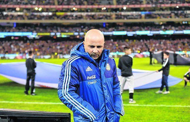 Siempre concentrado. Sampaoli aprovecha a charlar con los futbolistas que tiene en mente para la doble fecha de eliminatorias.
