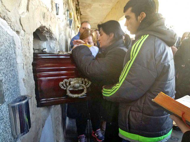 Familiares y amigos despidieron los restos del agente asesinado anteayer en el barrio Yapeyú.