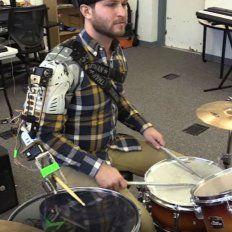 Golpe triple. La robótica ayudó a incrementar la cantidad de golpes del baterista.