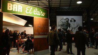 Las viejas mesas de El Cairo, infaltables en el recuerdo al genial escritor, dibujante y humorista rosarino.