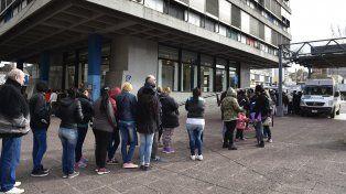 Una unidad móvil de Ansés atiende trámites urgentes en la plaza Montenegro.