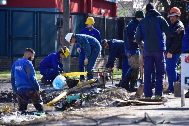 Empleados de Litoral Gas y Aguas Santafesinas trabajaron en el lugar.