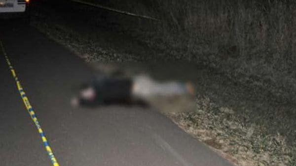 La imagen muestra el cadáver de una de las víctimas.