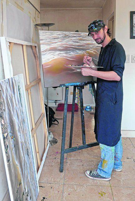 En acción. Schiavina trabaja en su estudio ubicado en el macrocentro rosarino..