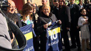 Michelle Bachelet posa con la camiseta xeneize con su nombre.
