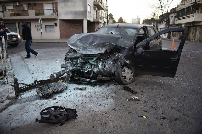 Violenta colisión. El Renault Logan quedó destruido.